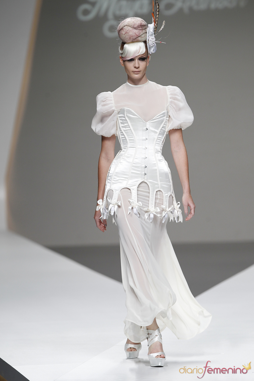 Corsé de satén blanco firmado por Maya Hansen en la Madrid Fashion Week