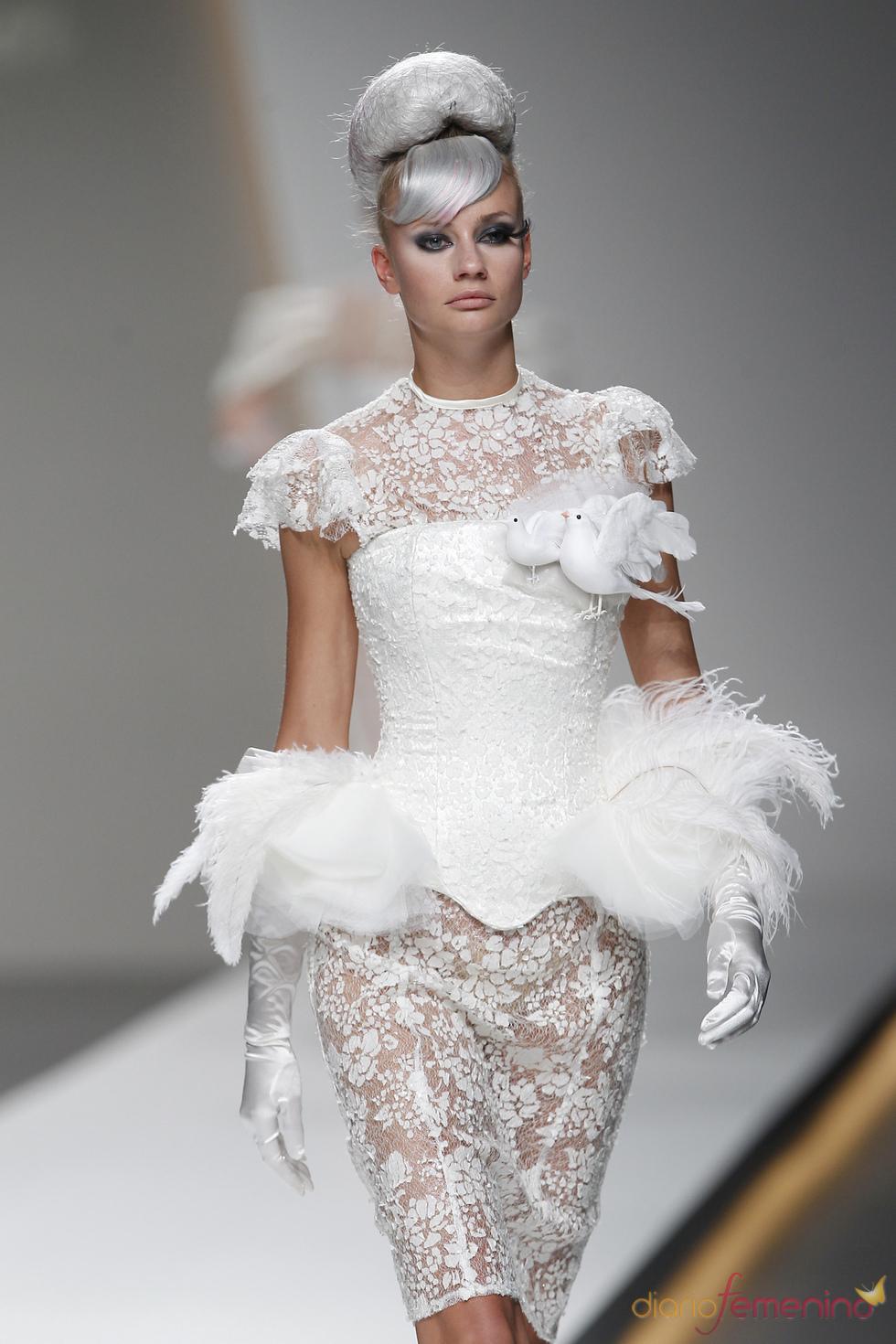 El encaje blanco destaca en la colección de Maya Hansen en la Madrid fashion Week