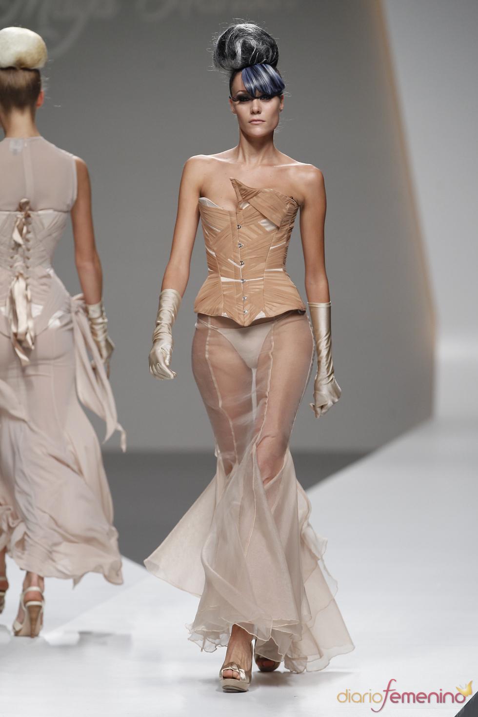 Original escote en el corsé drapeado de Maya Hansen