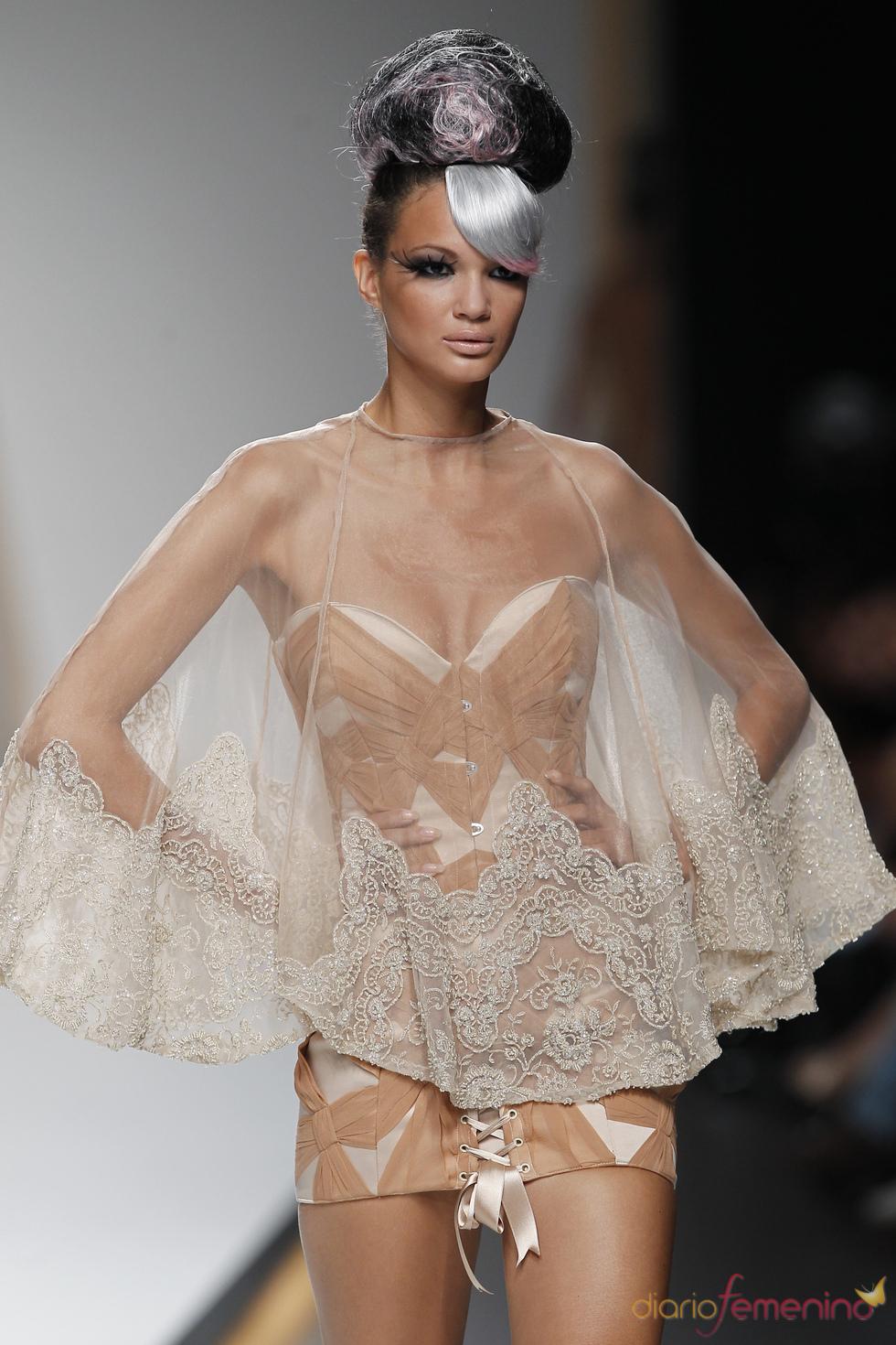 Maya Hansen alarga la figura de sus corsés en la Madrid Fashion Week