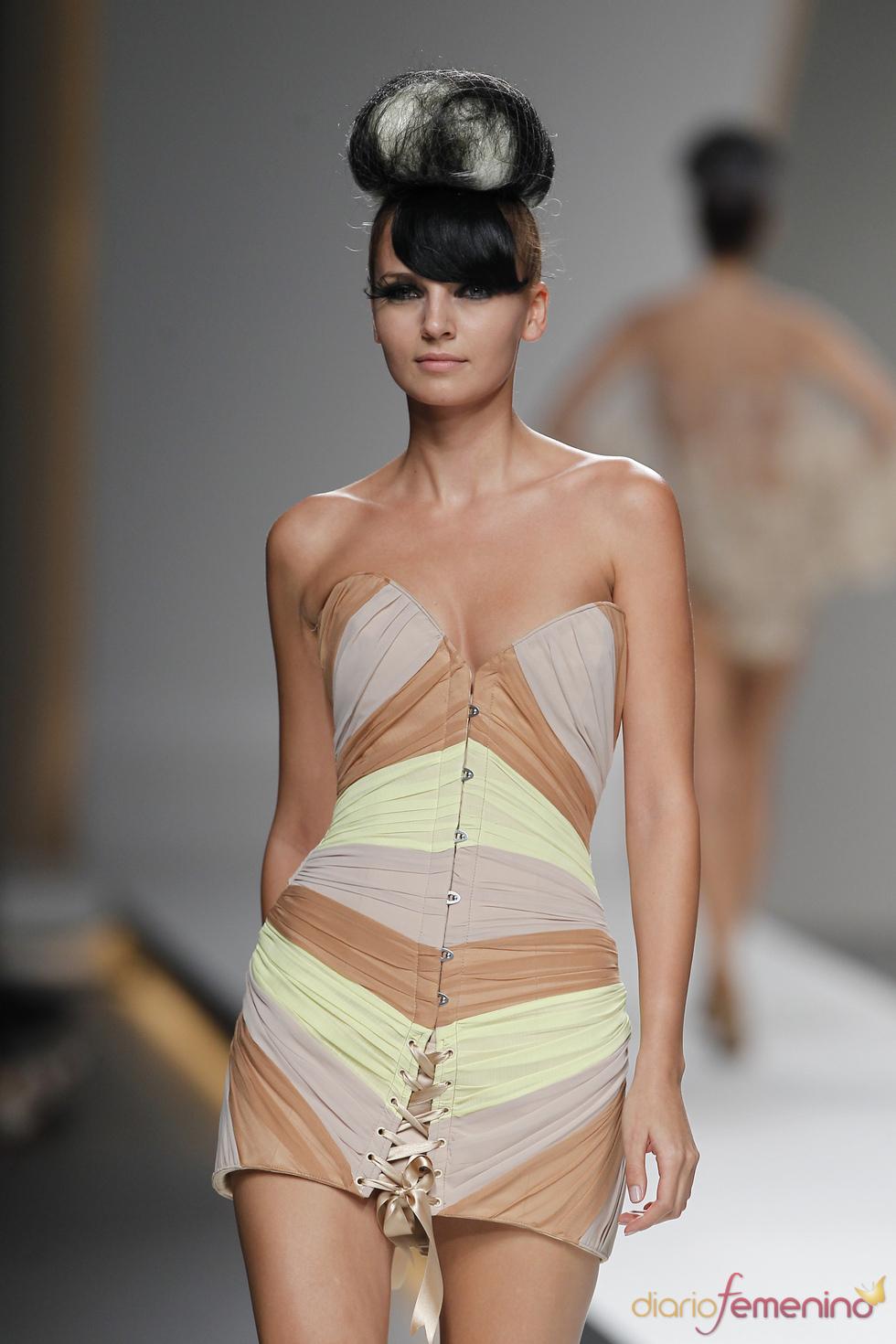 El corsé drapeado se convierte en un sensual vestido según Maya Hansen