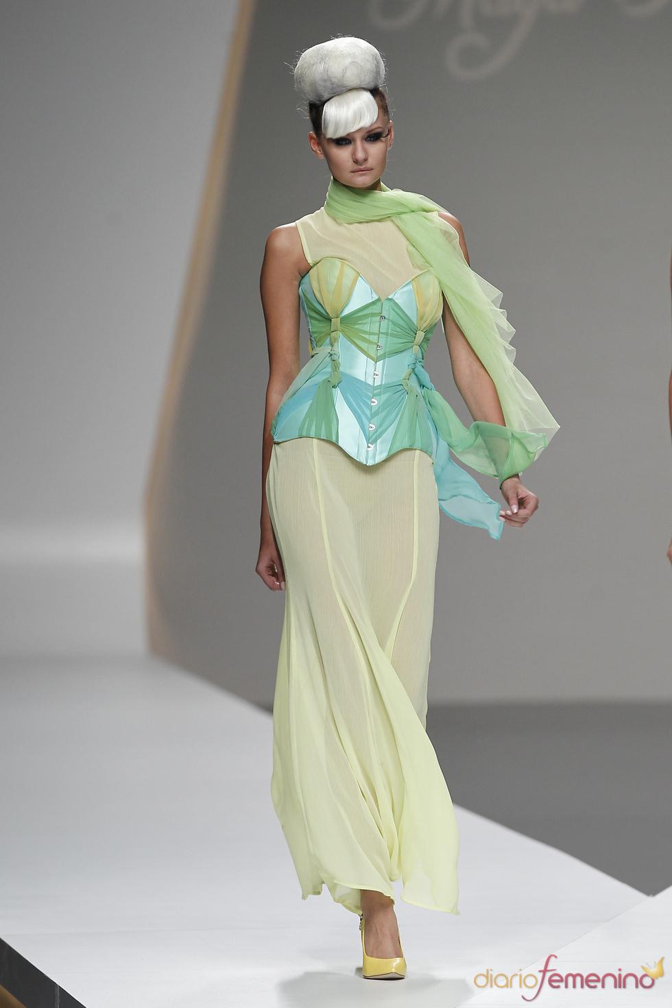 Vistoso corsé turquesa firmado por Maya Hansen en la Madrid Fashion Week