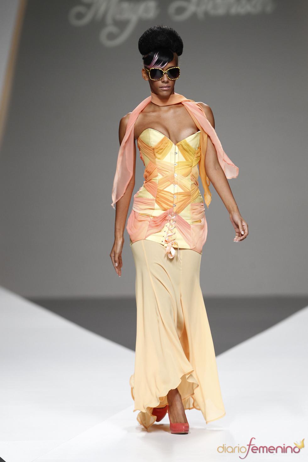 Corsé en tonos cálidos de Maya Hansen durante la Madrid Fashion Week