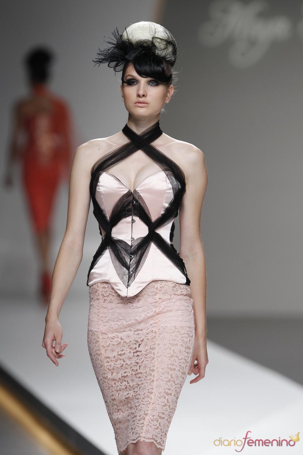 Maya Hansen usa detalles en negro para sus prendas más sexys de la Madrid Fashion Week