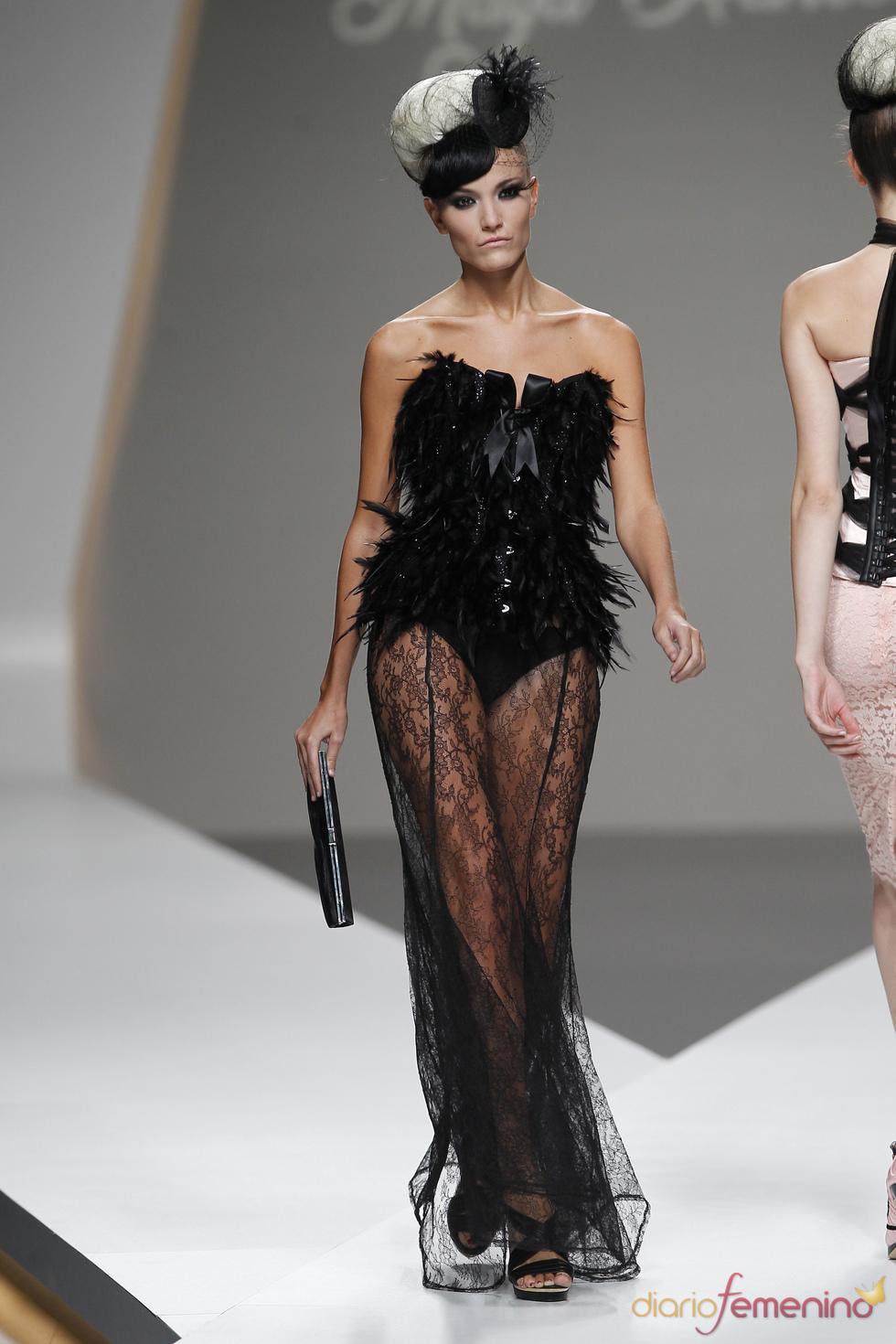 Sugerente corsé con plumas de Maya Hansen en la Madrid Fashion Week
