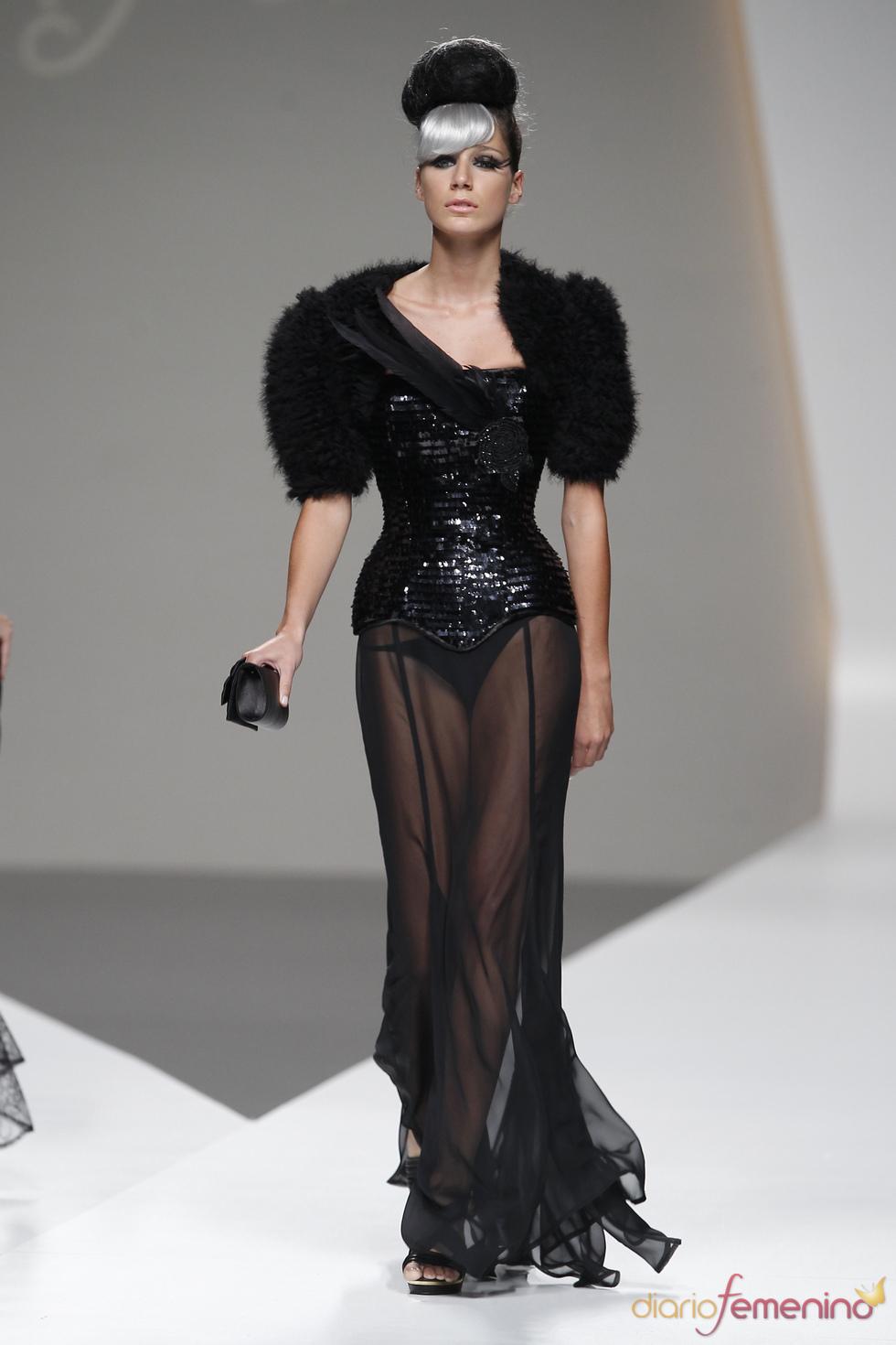 Maya Hansen deslumbra al público con este corsé brillante en la Madrid Fashion Week