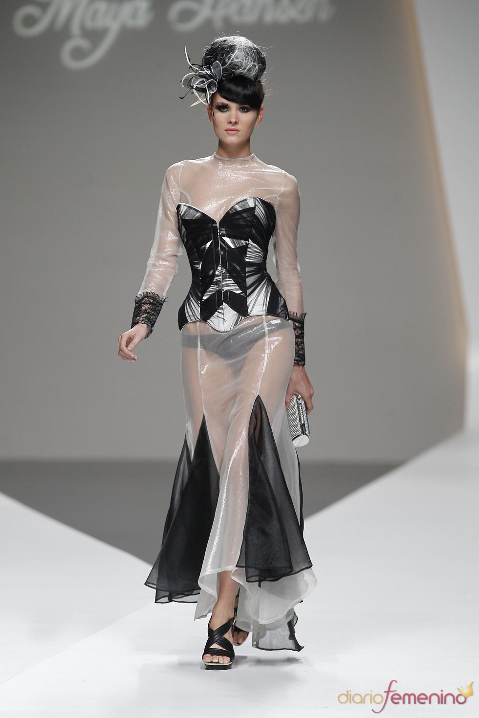 Blanco y negro, aliados naturales en este corsé de Maya Hansen visto en la Madrid Fashion Week