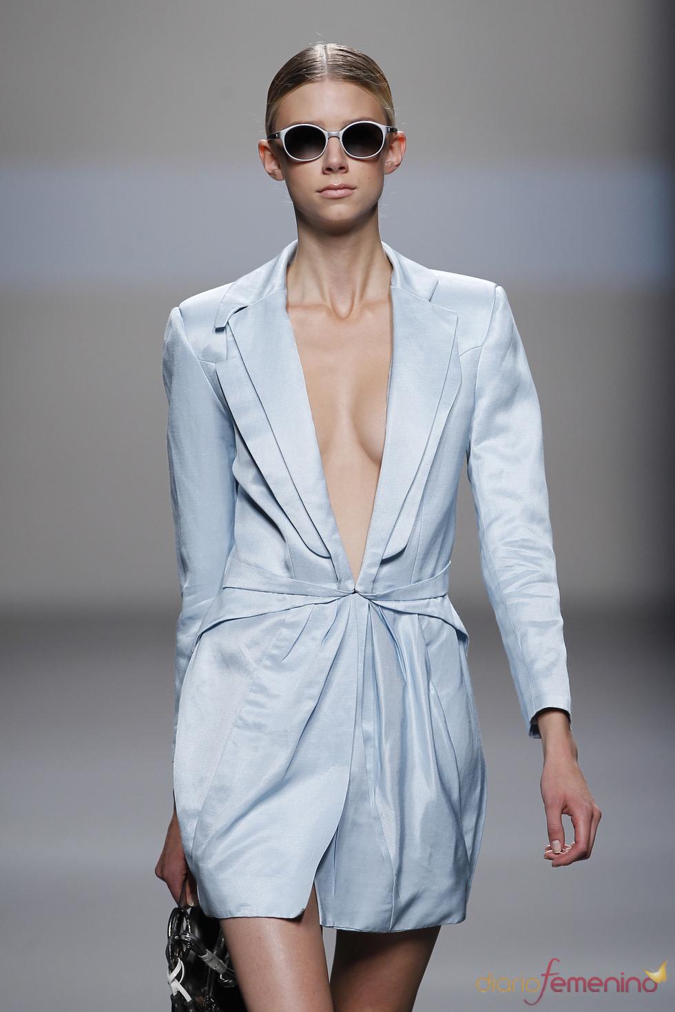 Elegancia en azul según Ion Fiz