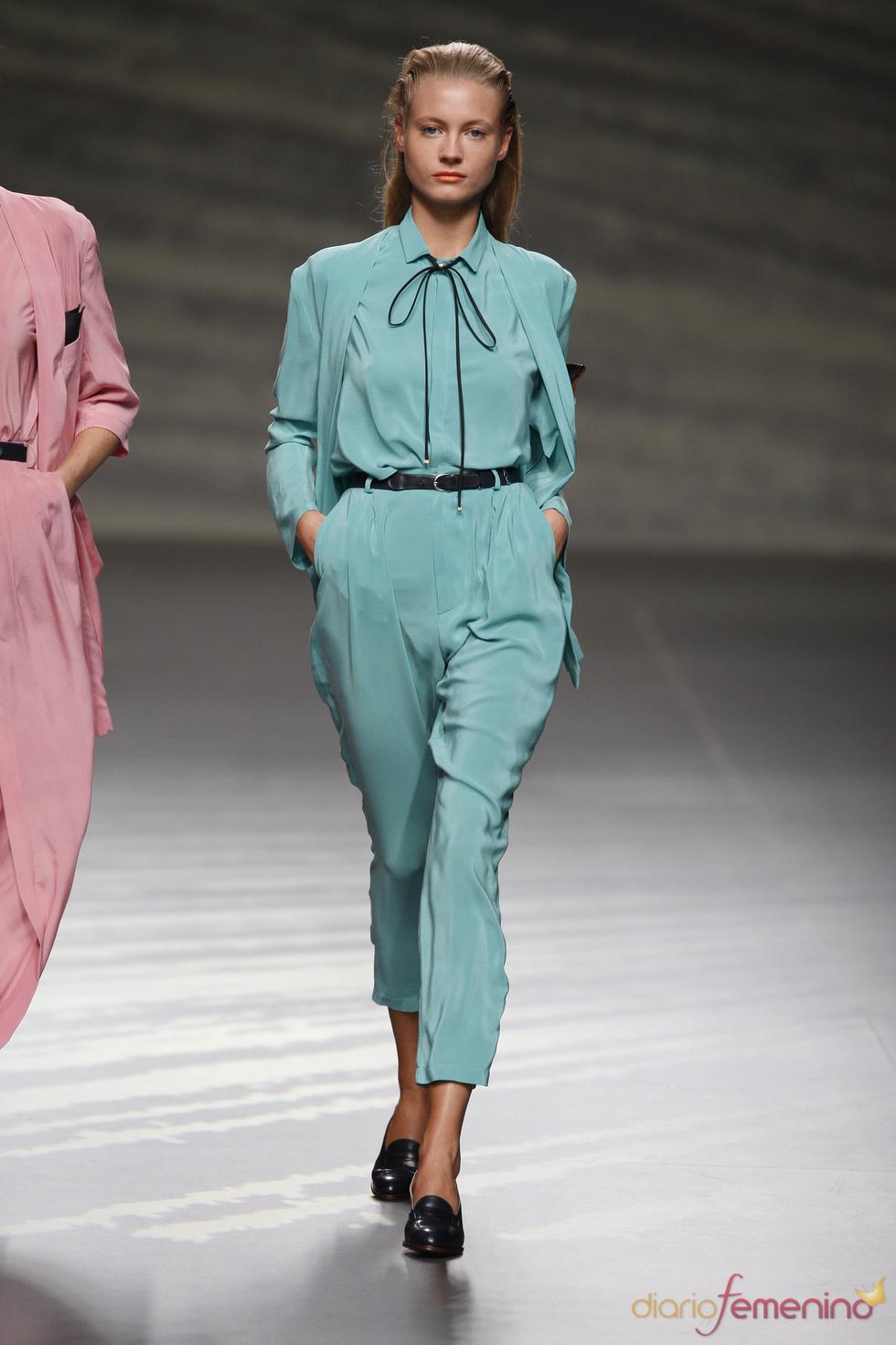 Ligero traje de chaqueta turquesa diseñado por Martin Lamothe