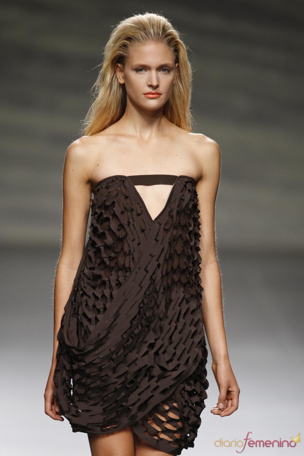 Vestido perforado en tono chocolate de Martin Lamothe