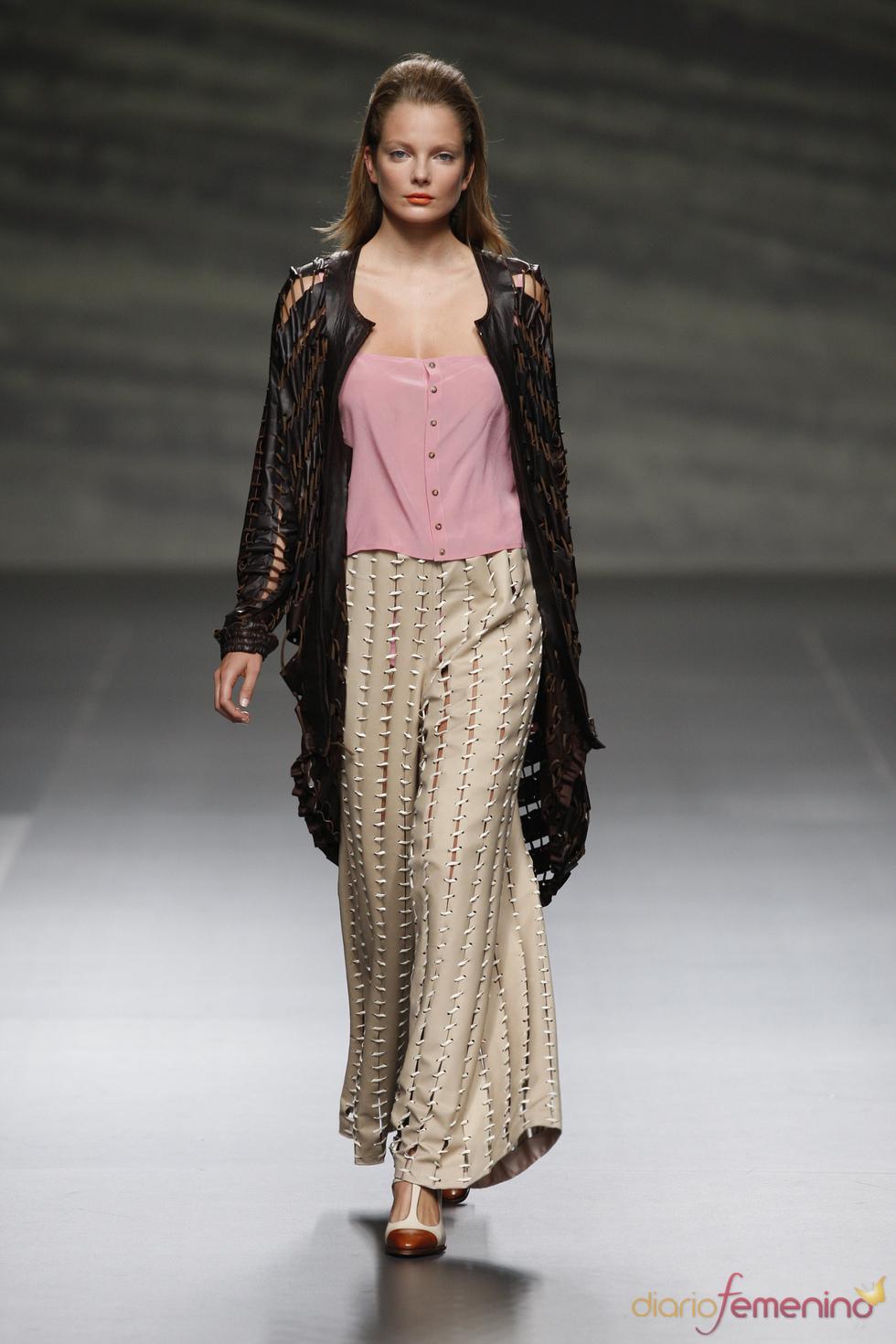Martin Lamothe cubre a la mujer con cuero perforado en la Madrid Fashion Week