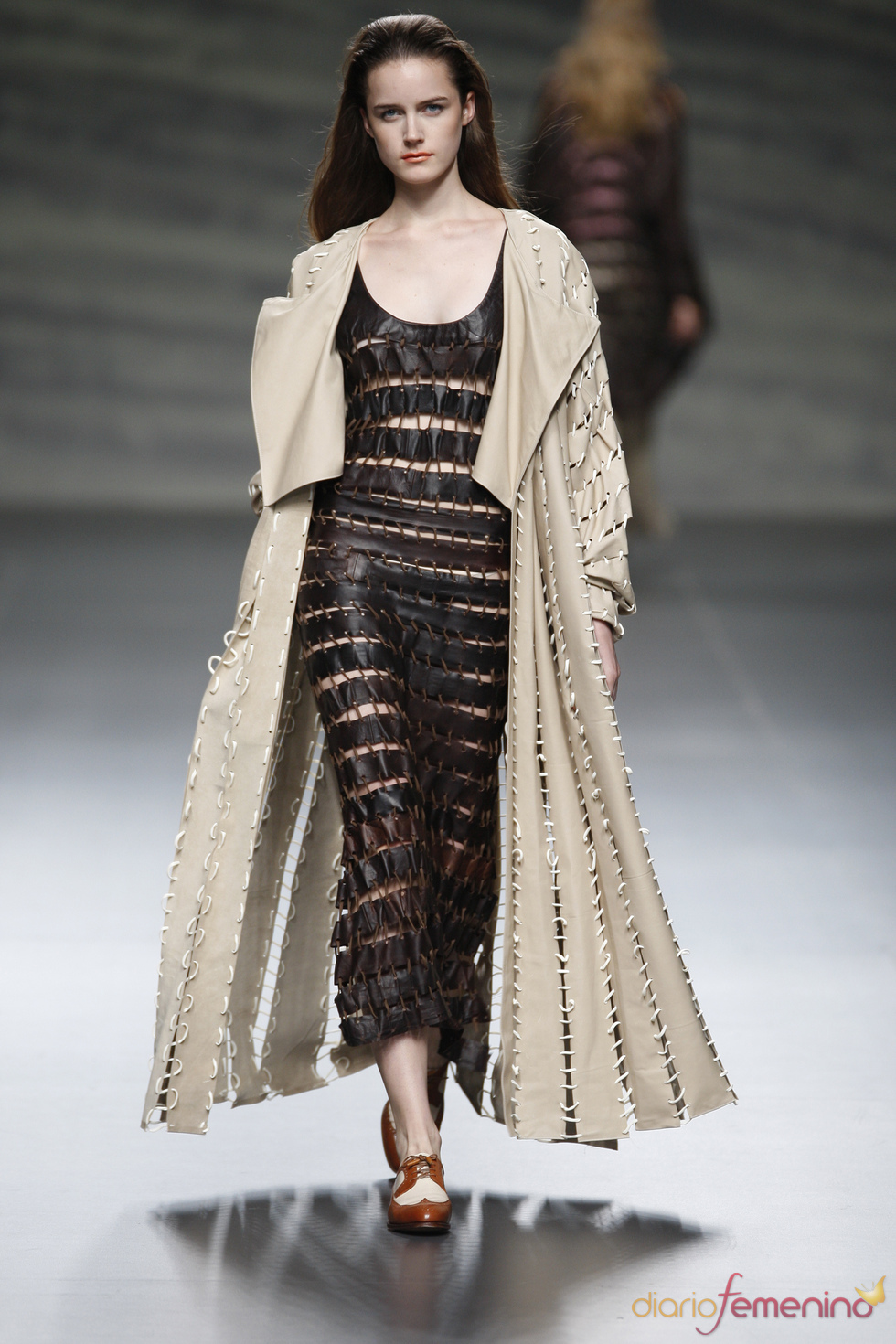 Amplio vestido de cuero de Martin Lamothe en la Madrid Fashion Week