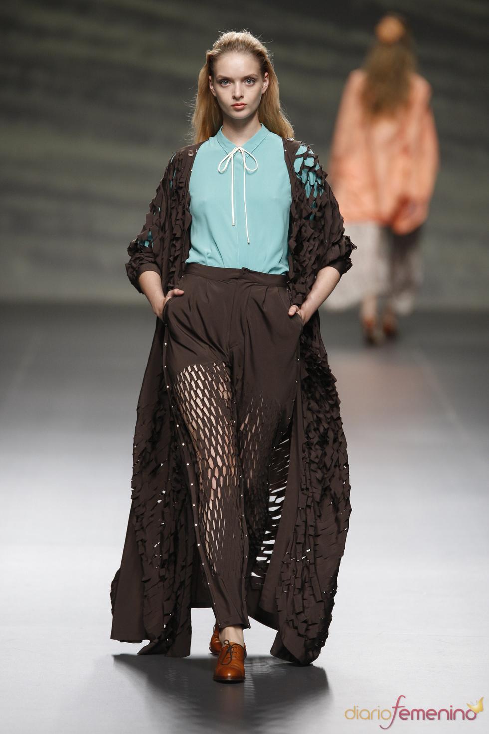 Turquesa y marrón se alían en las prendas perforadas de Martin Lamothe