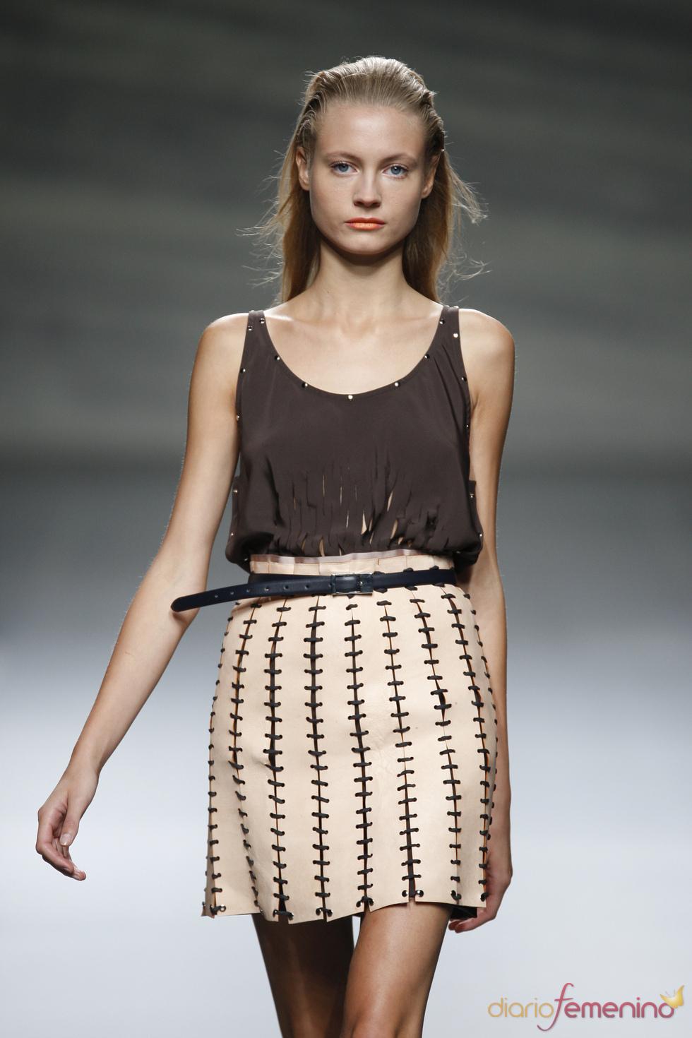 Blusas perforadas y cinturas altas en la Madrid Fashion Week