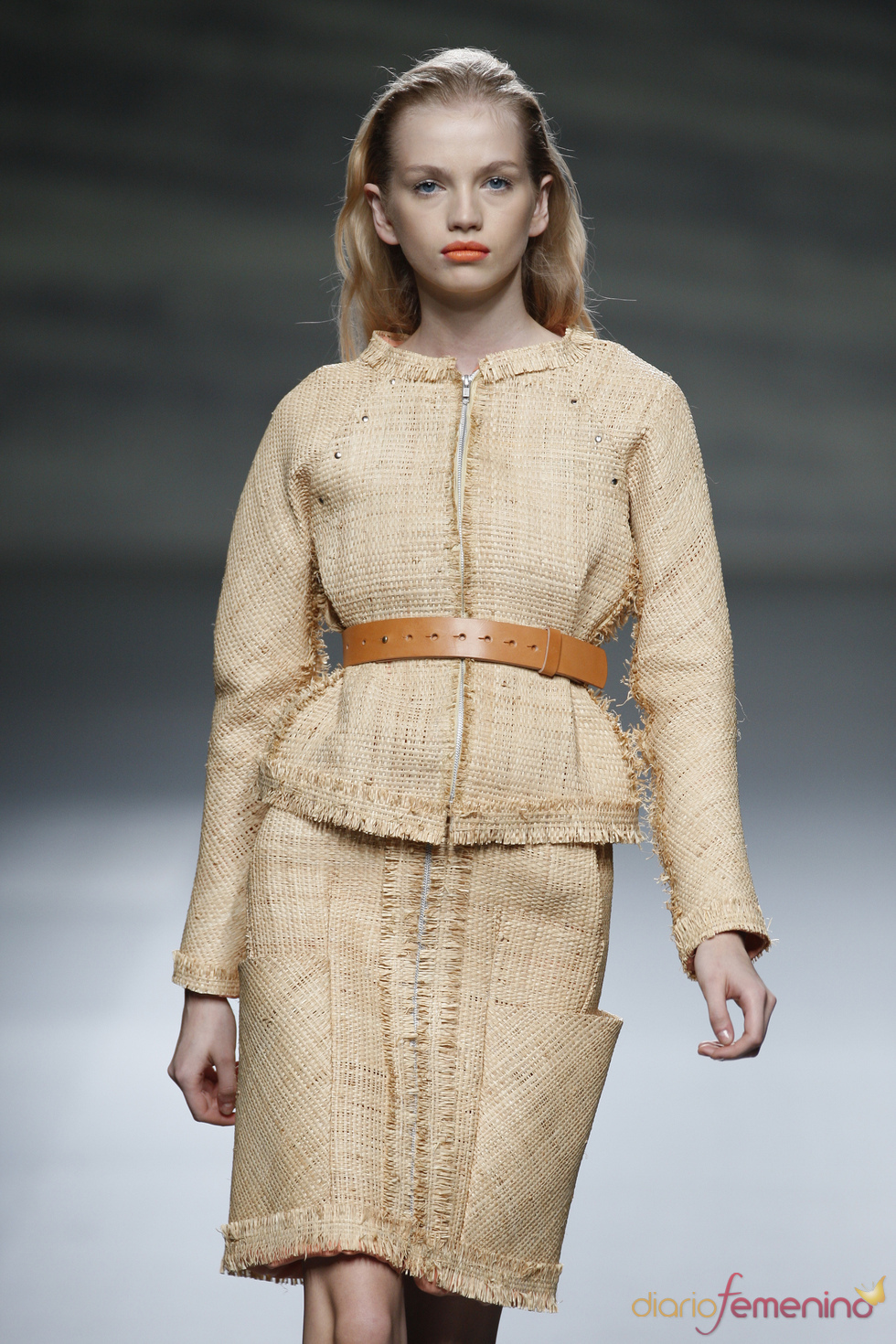 La rafia se convierte en traje de chaqueta para Martin Lamothe en la Madrid Fashion Week