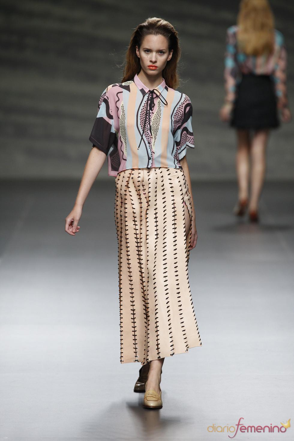 Martin Lamothe recorta el cuero para decorarlo con su aguja en la Madrid Fashion Week