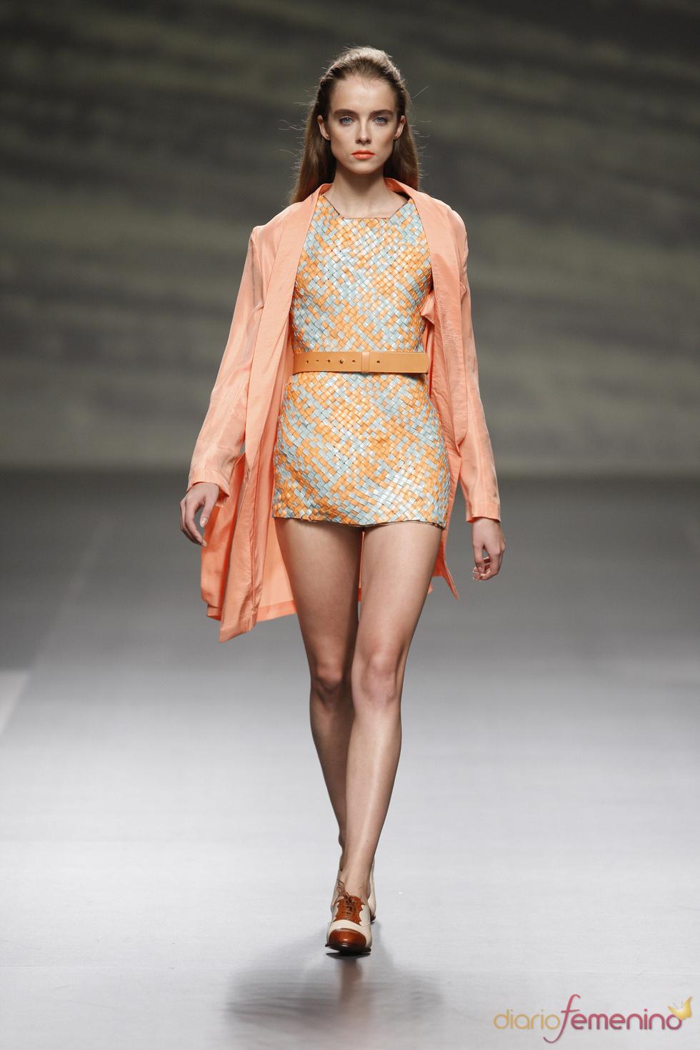 Martin Lamothe da forma al cuero con este trabajado vestido de la Madrid Fashion Week