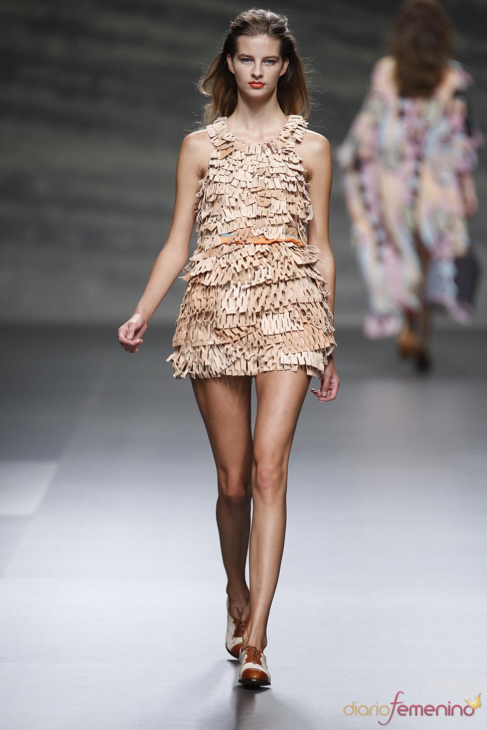Vestido con microcapas de cuero perforado firmado por Martin Lamothe