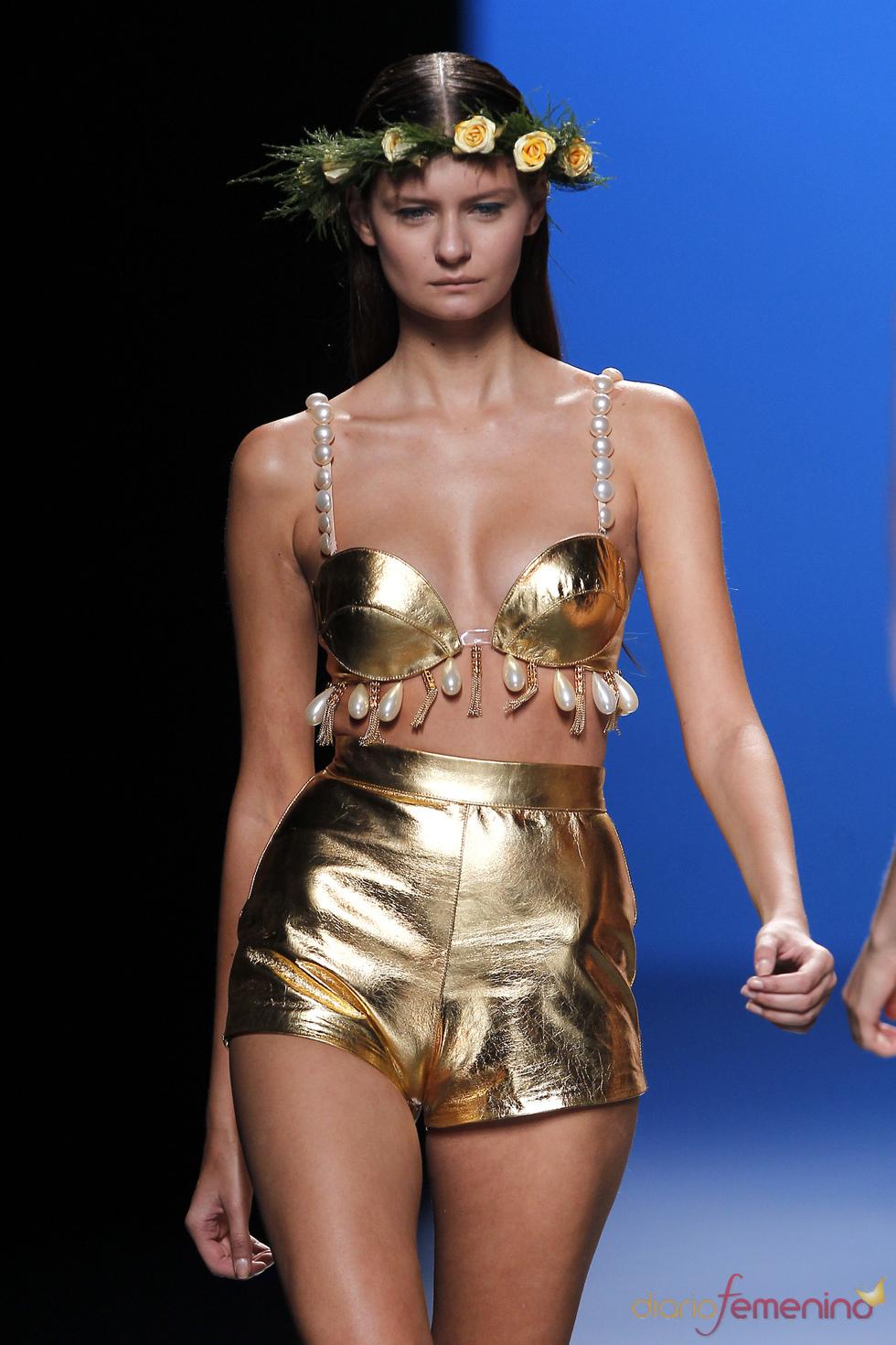 Oro y perlas en el más arriesgado bikini de María Escoté en la Madrid Fashion Week