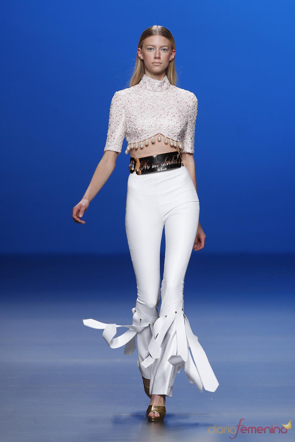 Ajustadísimos pantalones de cuero firmados por María Escoté en la Madrid Fashion Week
