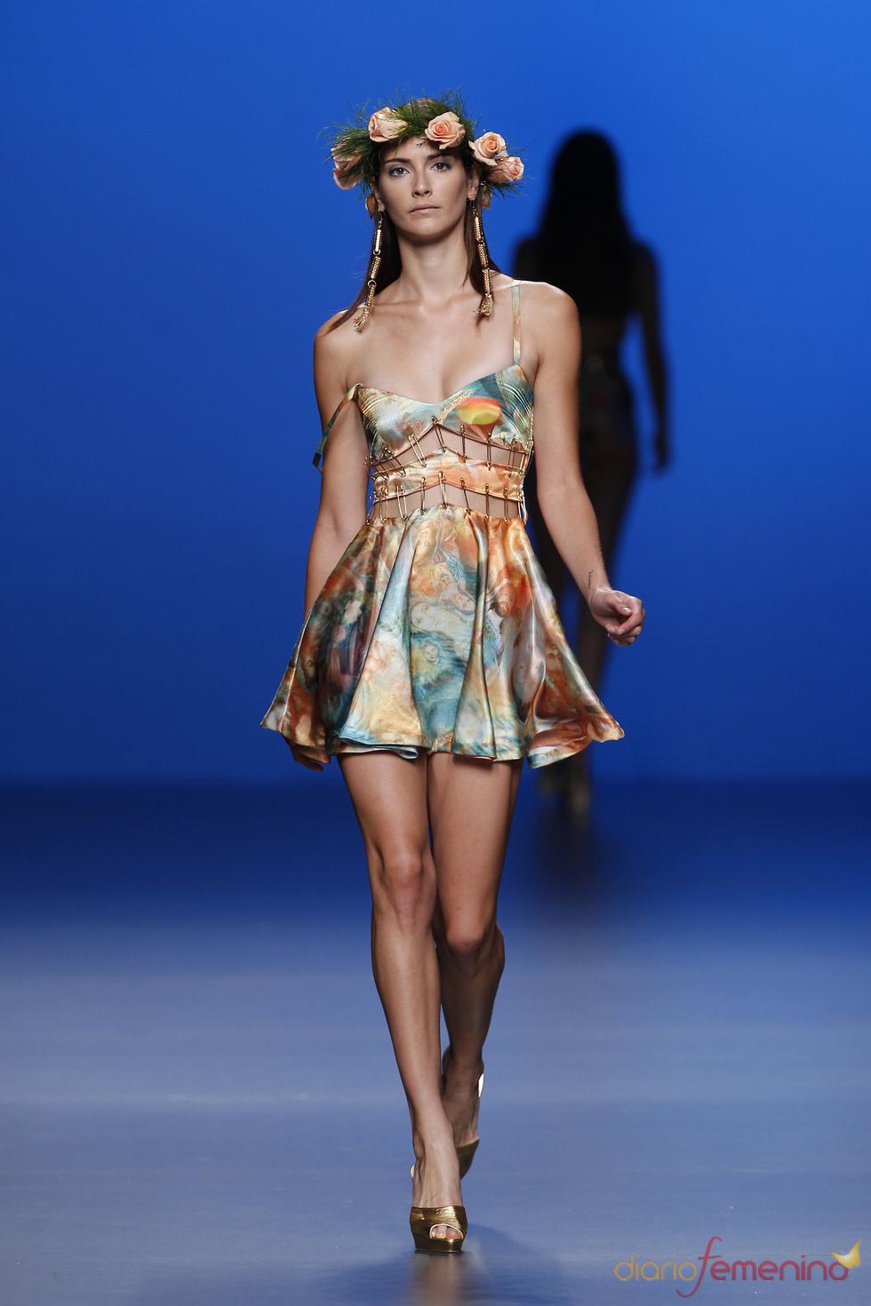 Maxi imperdibles dan forma al vestido de María Escoté en la pasarela Cibeles