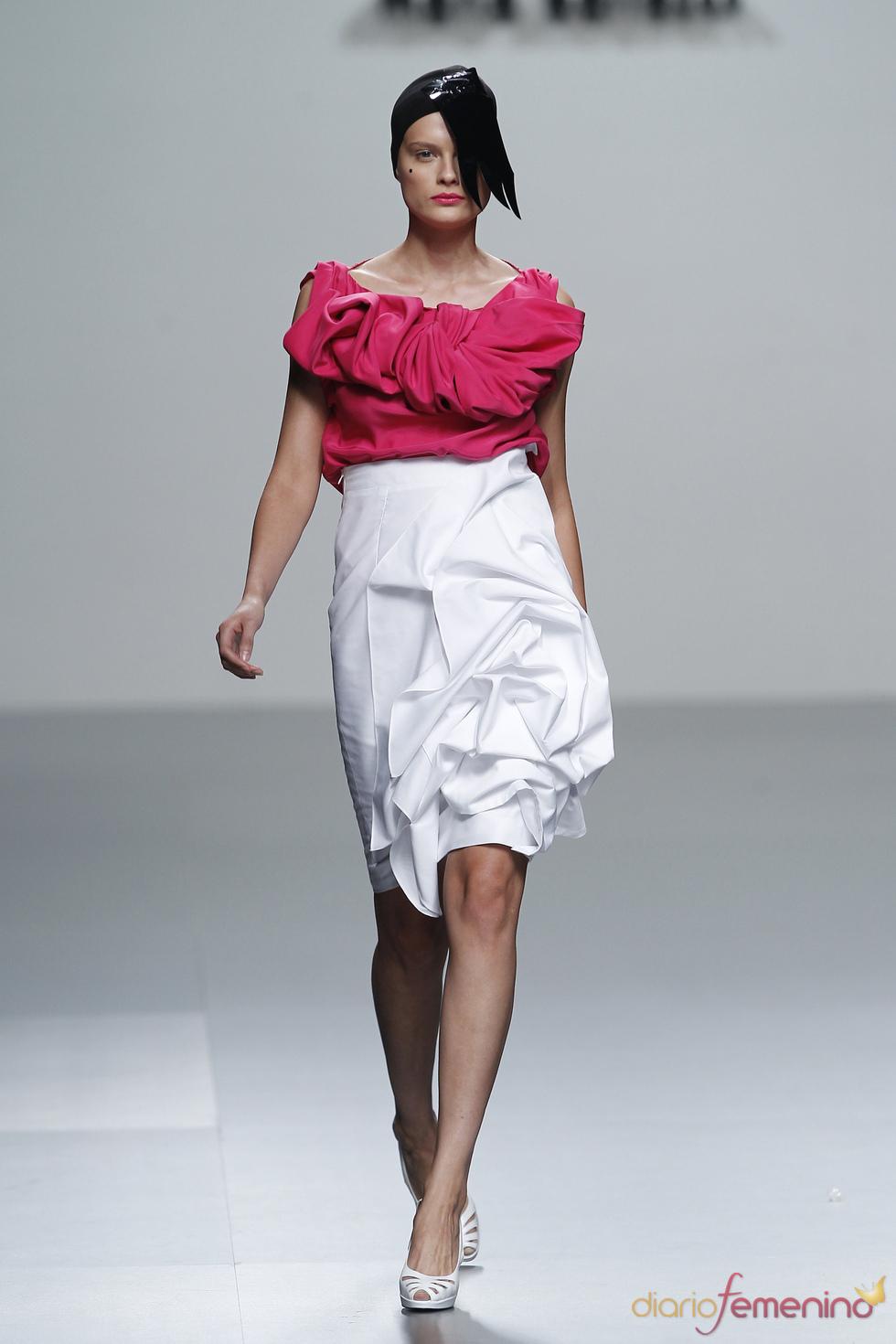 Drapeados con formas florales en la colección de María Barros en la Madrid Fashion Week