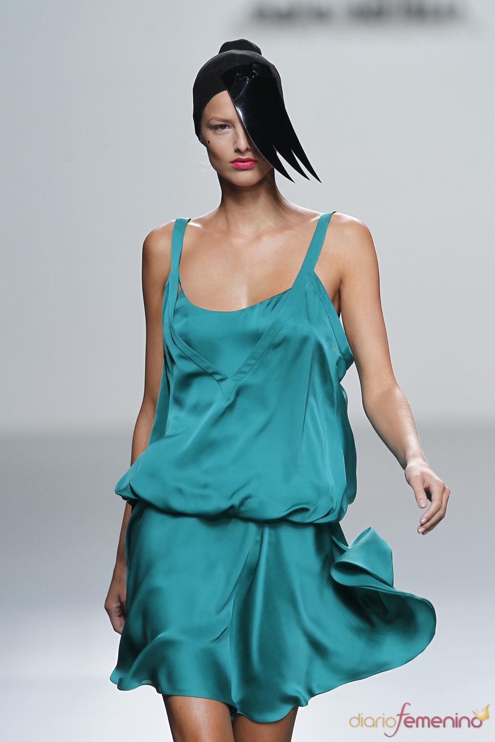 Satén en los vestidos de diario diseñados por María Barros