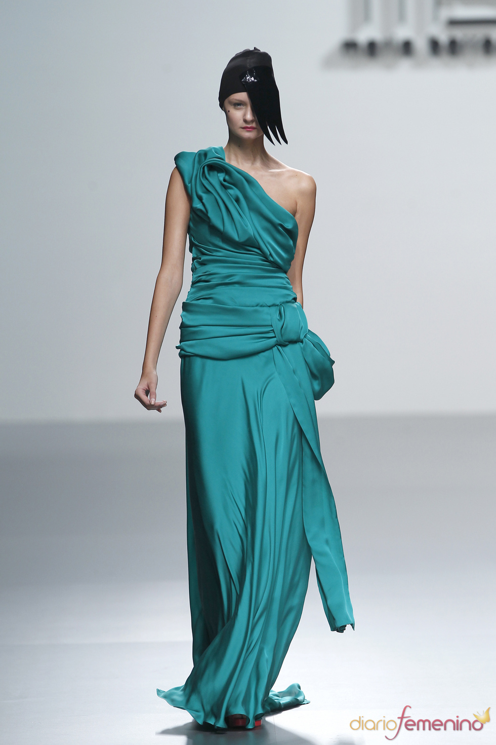 Vestido de noche drapeado firmado por María Barros en la Madrid Fashion Week