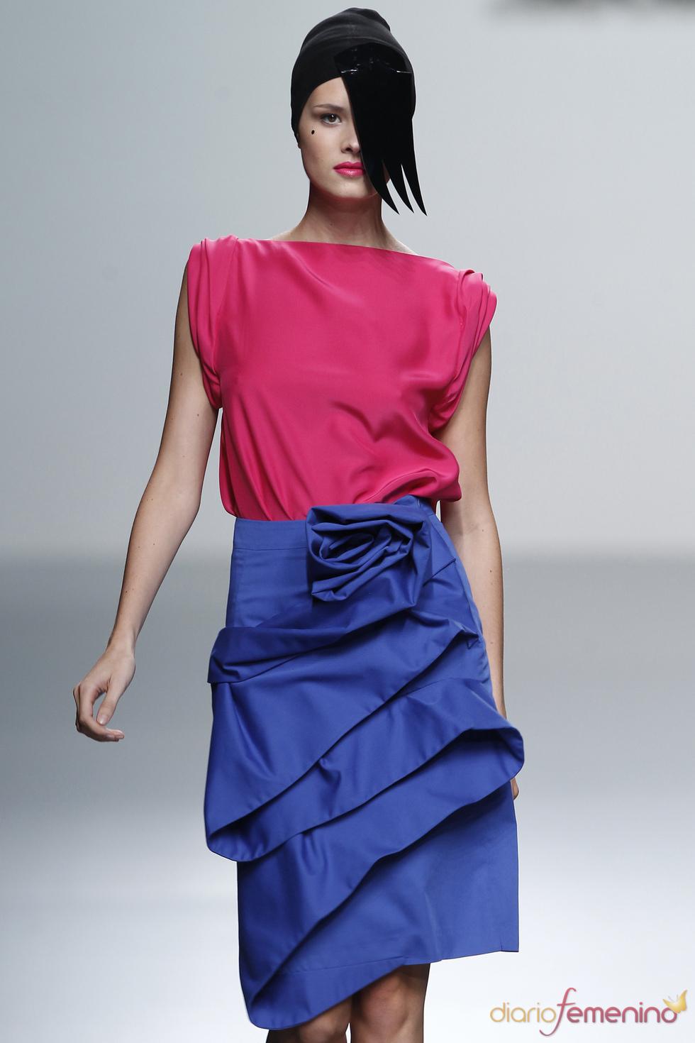 Blusas de corte sencillo para acompañar las prendas más laboriosas de María Barros