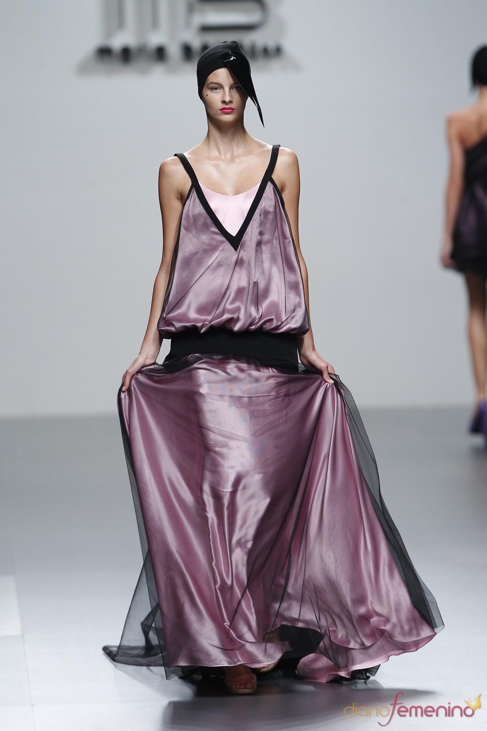 Maxivestido en satén y tul firmado por María Barros en la Madrid Fashion Week