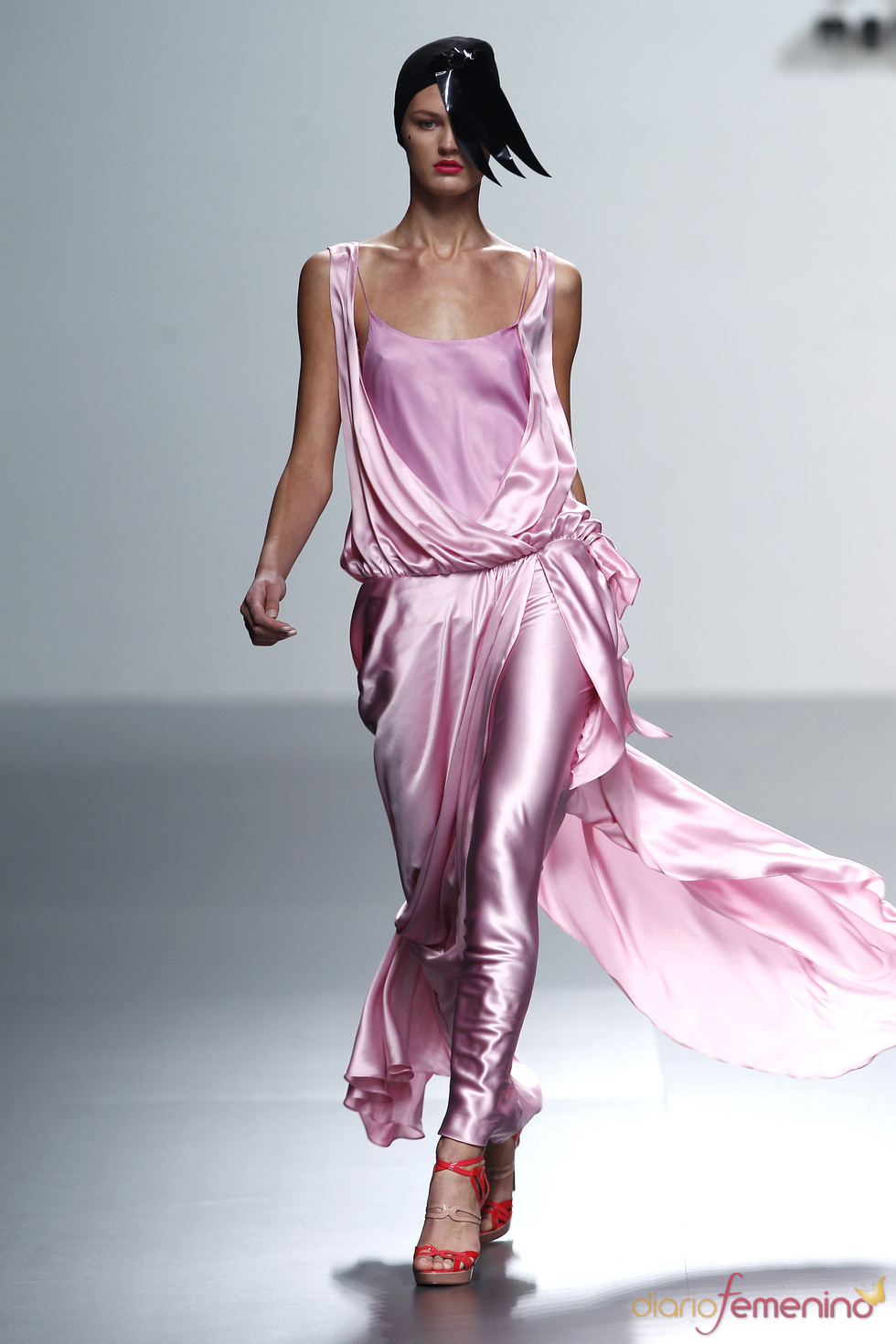 Pitillos de satén rosa firmados por María Barros en la Madrid Fashion Week