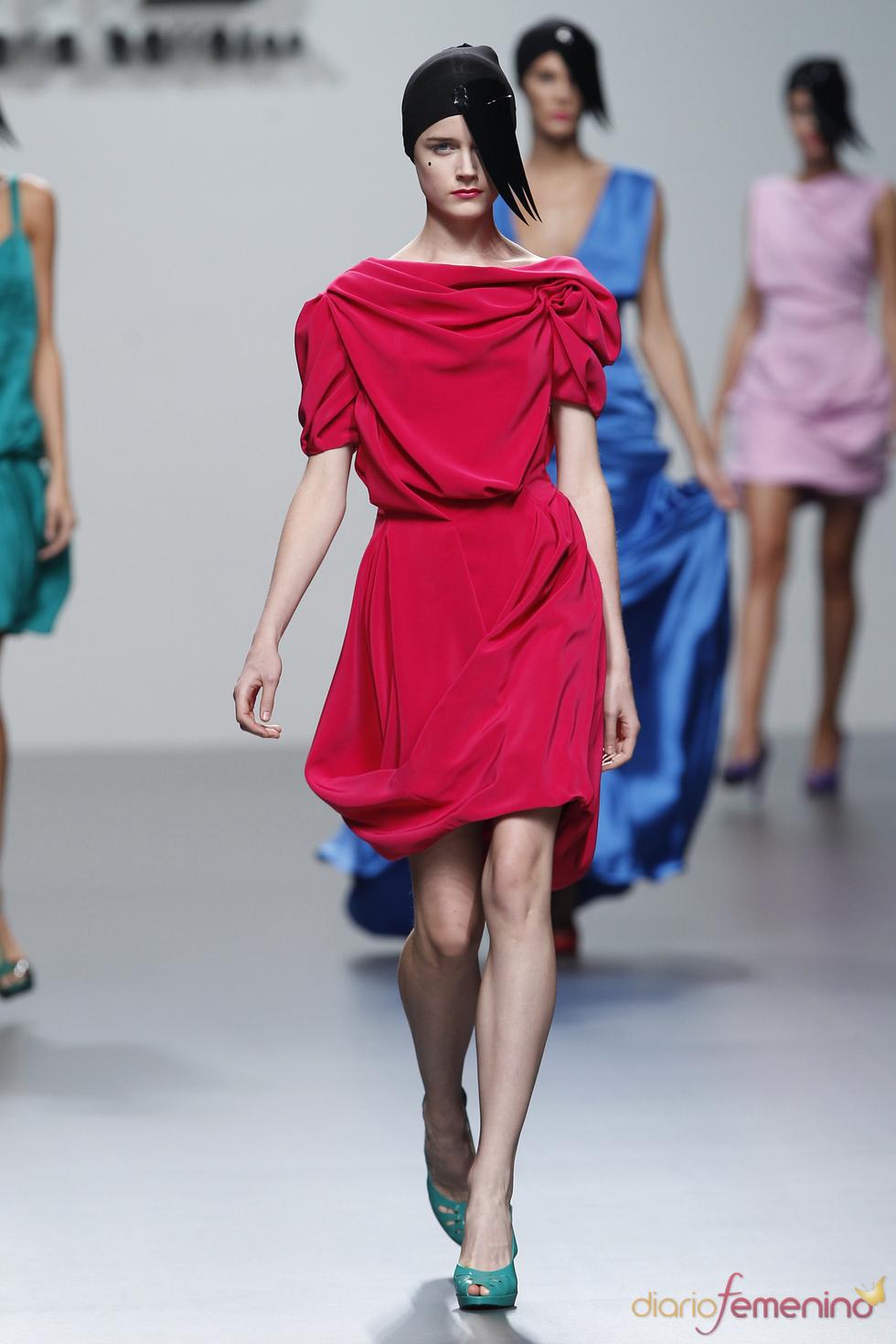 El escote drapeado da forma a los diseños de María Barros en la Madrid Fashion Week