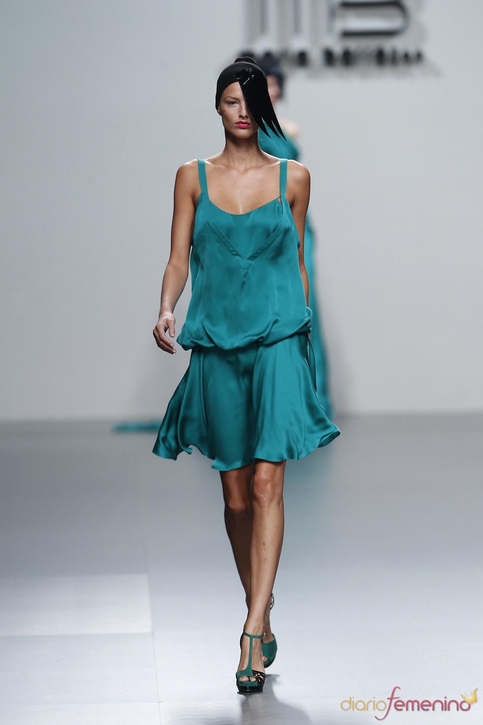 Ligero satén verde para la mujer urbanita ideada por María Barros
