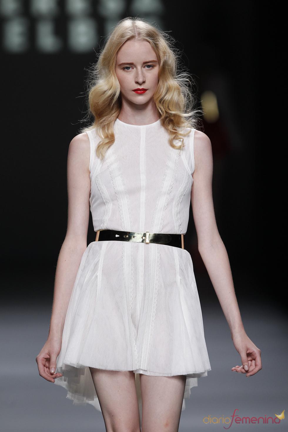 Vestido blanco de Teresa Helbig en la Madrid Fashion Week