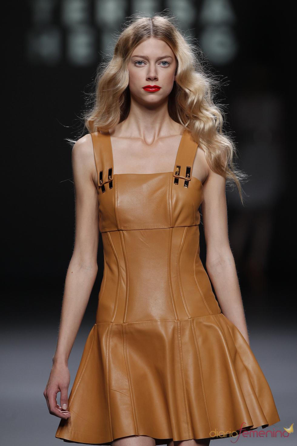 El cuero se adapta a la figura femenina en la Madrid Fashion Week