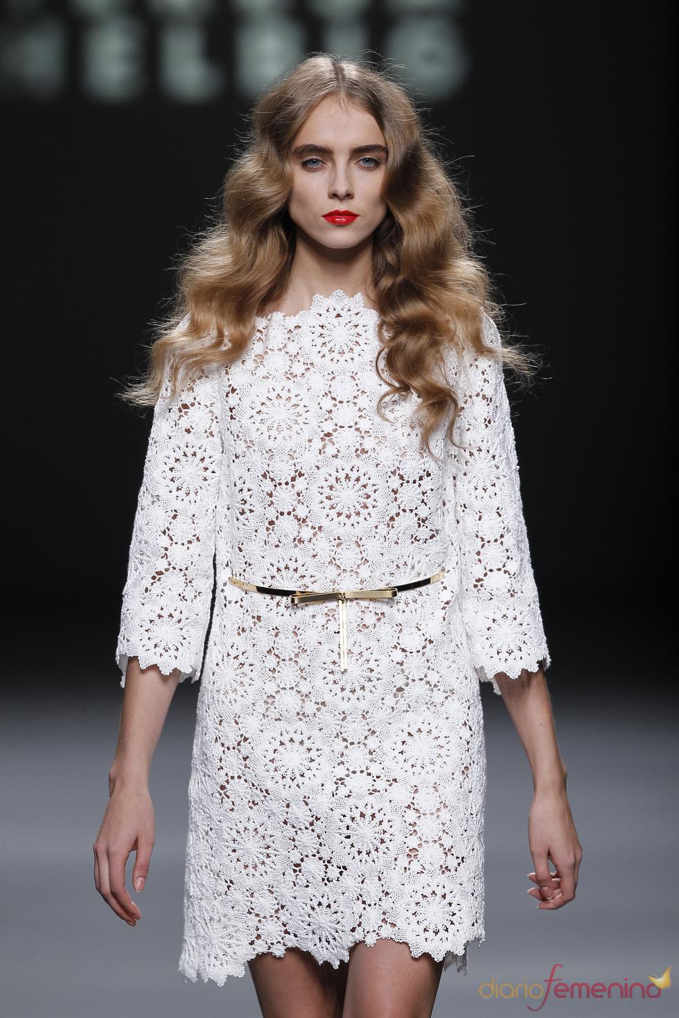 Vestido de encaje blanco firmado por Teresa Helbig en la Madrid Fashion Week