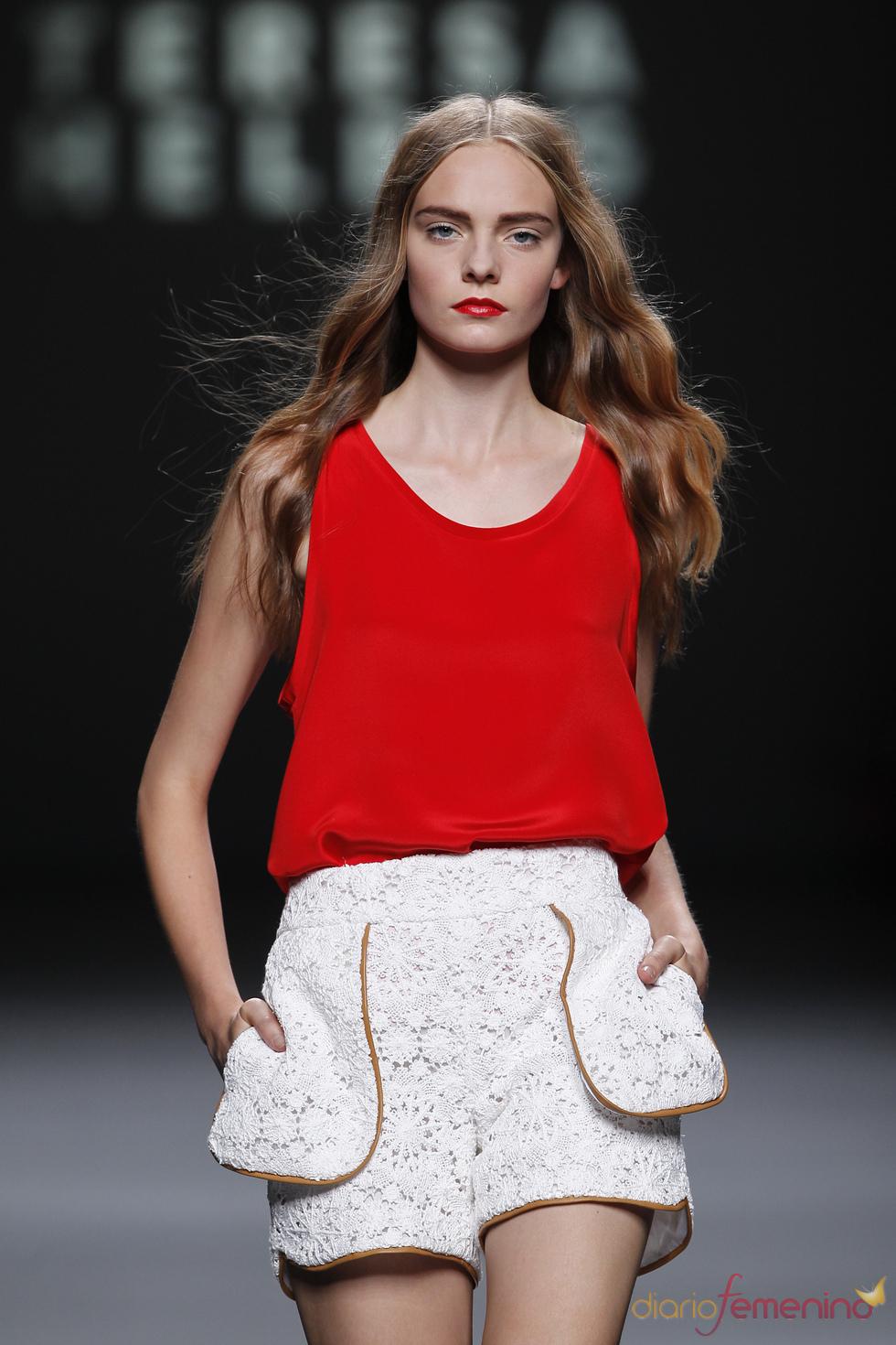 El encaje blanco llega al short con Teresa Helbil en la Madrid Fashion Week