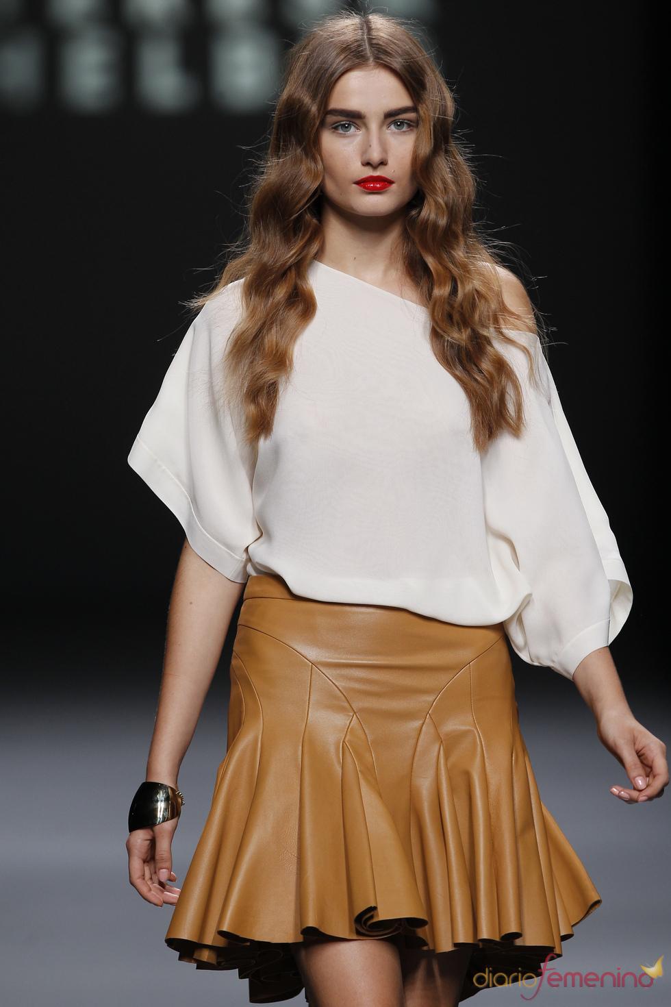 Falda de cuero con volantes de Teresa Helbig