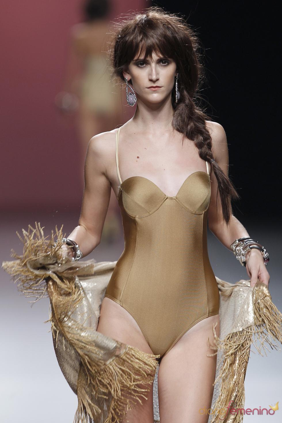 El color toffe reina en los bañadores de Juana Martín durante la Madrid Fashion Week