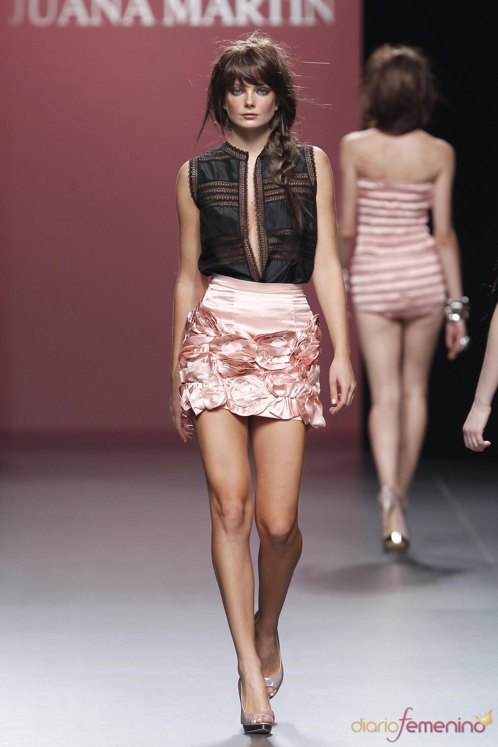 Blusa de encaje negro firmada por Juana Martín en la Madrid Fashion Week