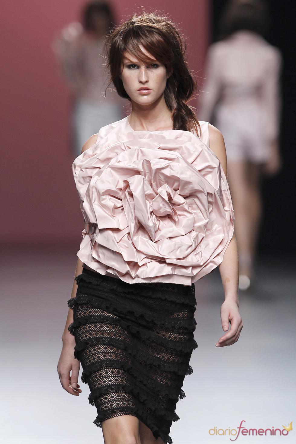 Sensual falda con volantes y encaje negro de Juana Martín en la Madrid Fashion Week