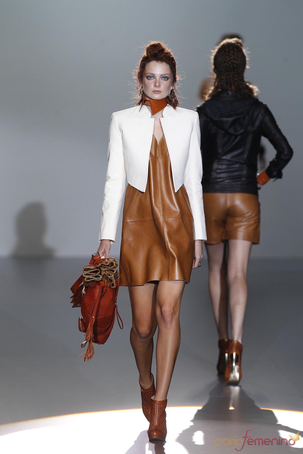 Vestido de cuero camel firmado por Nicolás Vaudelet en la Madrid Fashion Week
