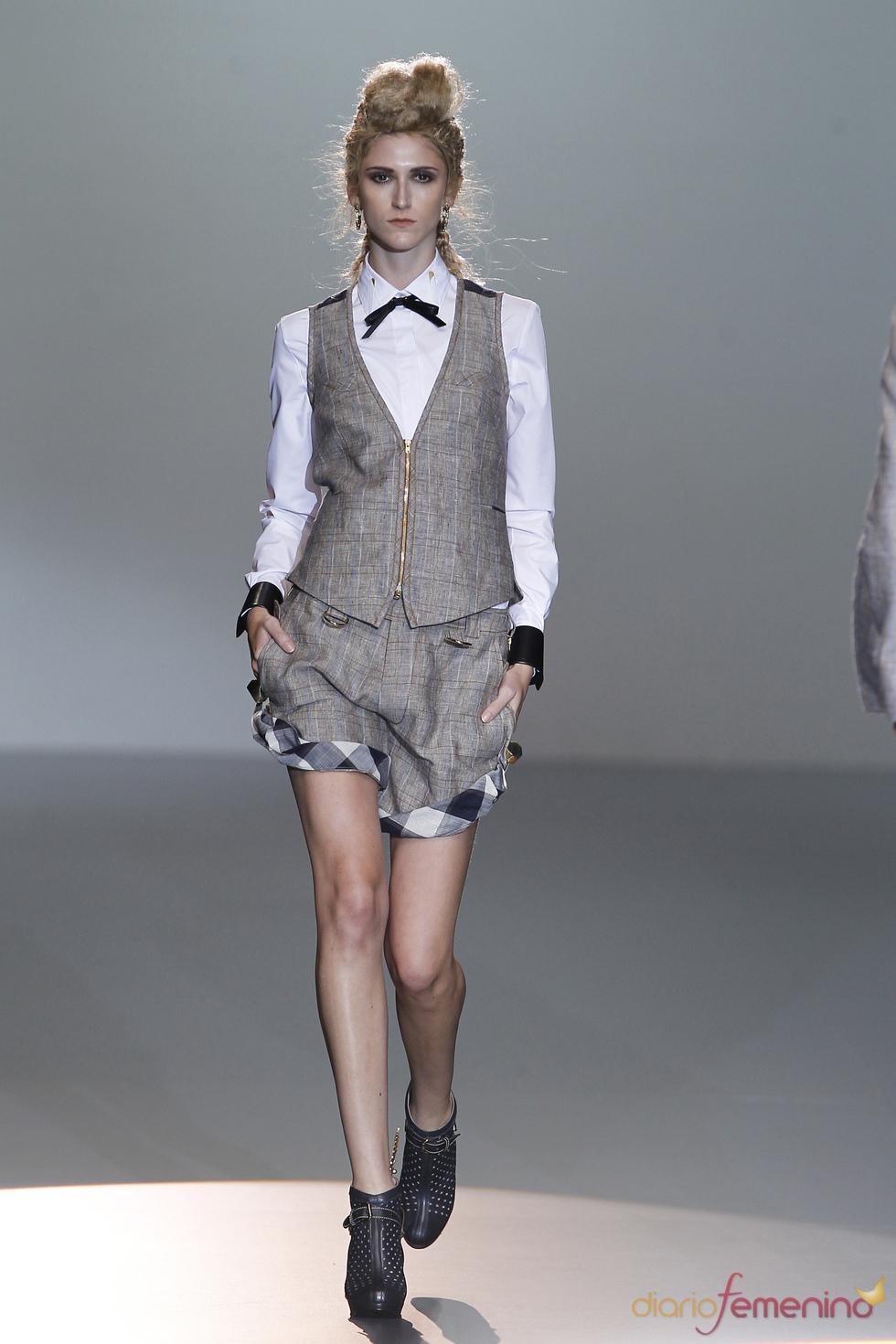 Shorts y chaleco se alían en su versión más chic creada por Nicolás Vaudelet