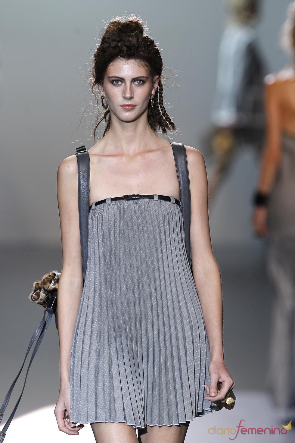 Vestido plisado de Nicolás Vaudelet en la Madrid Fashion Week
