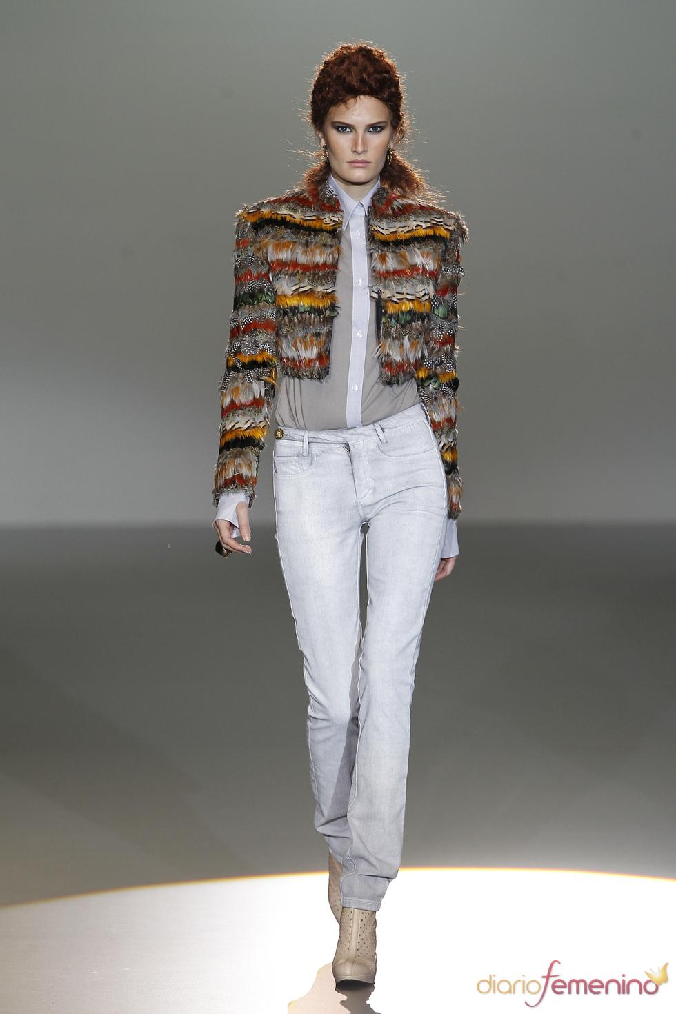Las plumas cubren los hombros femenino en la Madrid Fashion Week