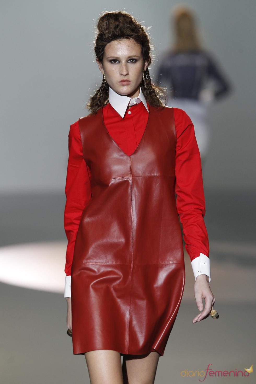 Cuero rojo en líneas sencillas de Nicolás Vaudelet en la Madrid Fashion Week