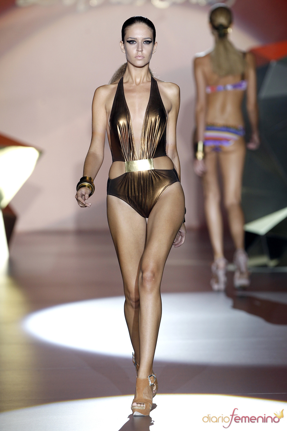 Traje de baño dorado de la diseñadora Dolores Cortés para  primavera verano 2011