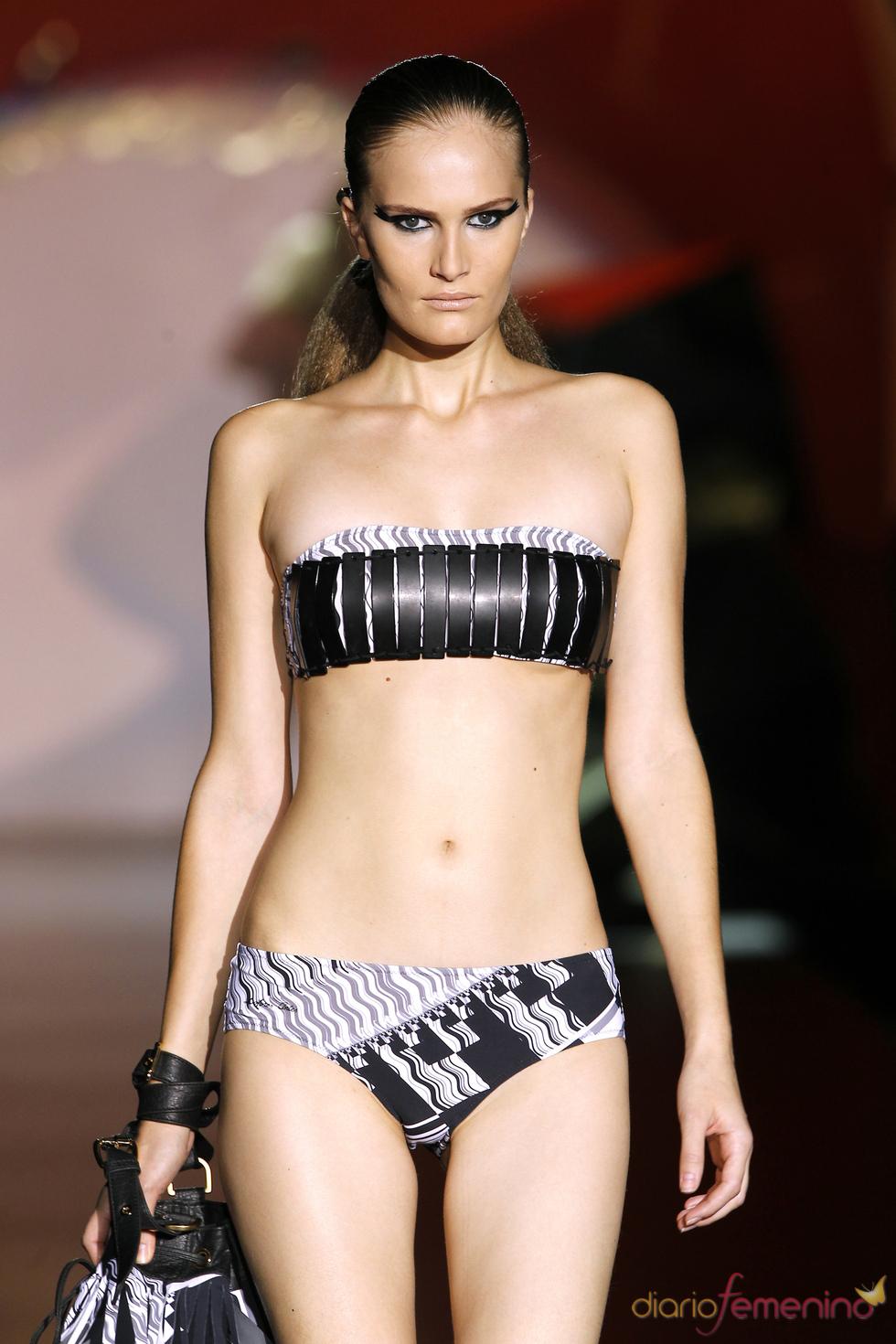 Bikini metálico de Dolores Cortés en Cibeles 2011