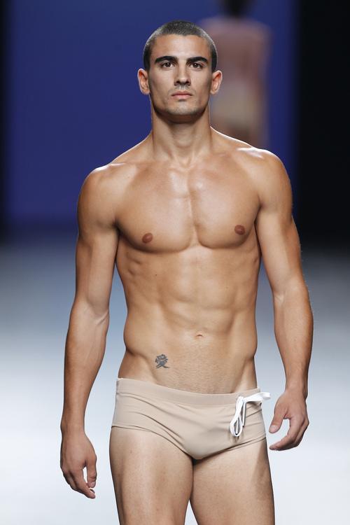 Hombre desnudo en traje