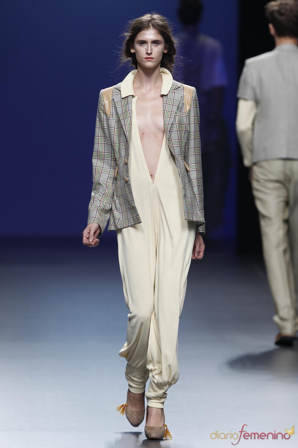 Escote y elegancia según Antonio Alvarado en Cibeles Madrid Fashion Week